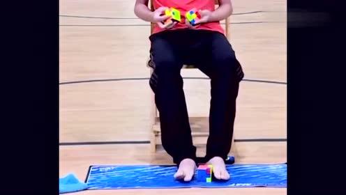 13岁少年手脚并用玩魔方,321后直接开虐!这么厉害真的好吗!