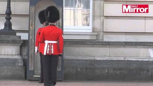 镜头拍下白金汉宫的人换岗位,结果尴尬溢屏而出,太让人汗颜了