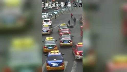骑摩托与老夫妇相撞 男子竟掏出刀砍伤老夫妻和辅警