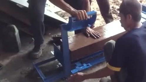 农村小伙网上买了台制砖机,开机试一下效果,赚大发了