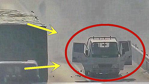 货车在高速公路着火,司机将货物丢出车内!却连累旁边轿车!