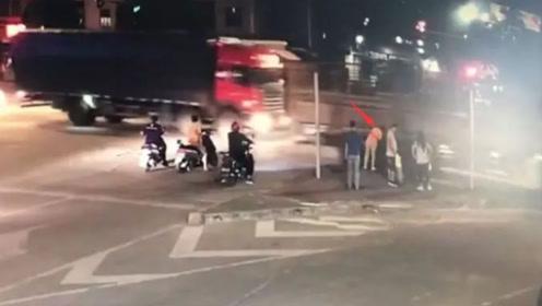 女子安全岛等红灯遭飞来横祸 被货车外露钢管瞬间击晕