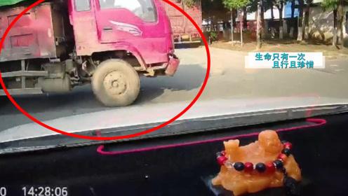 轿车和货车十字路口各不相让!瞬间的碰撞让车内哭声连天,网友:有病