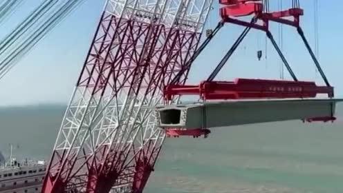 这吊车厉害了!这一下能吊多少吨!