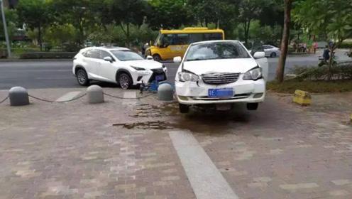实拍:男子驾车猛撞路边私家车 被撞女司机抱孩子逃跑