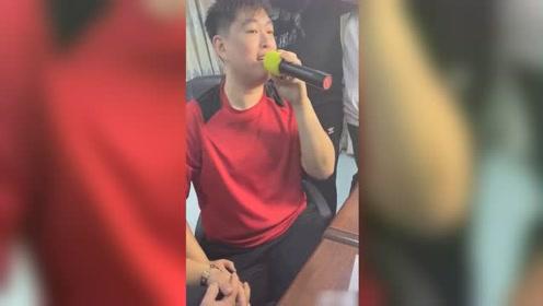 赵本山儿子唱《野狼disco》,多次忘词笑场错节奏