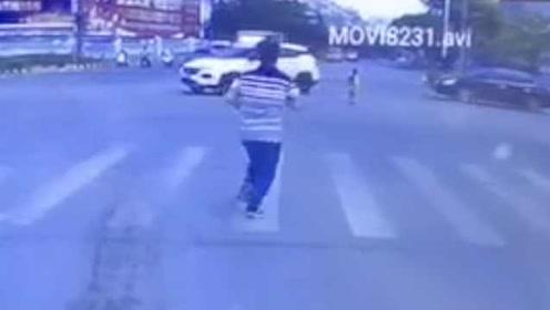 监控:男童独自徘徊不敢过马路,过路司机冲进车流中抱回