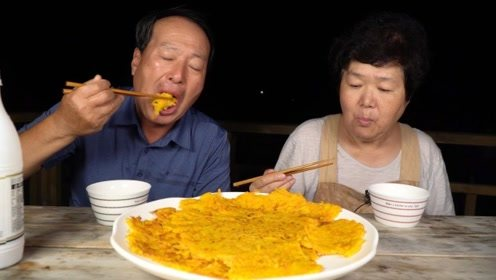 韩国大妈为大叔改善伙食,金黄软糯的饼子,看起来好有食欲呀