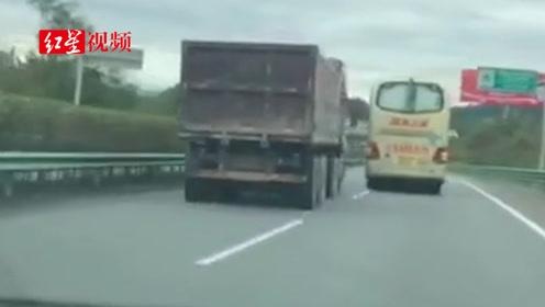 载49人川A大客车欲高速逼停货车 司机被公司除名,永不录用