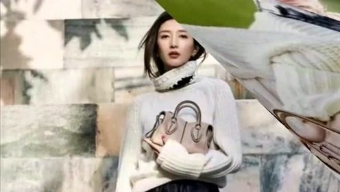 江疏影的初秋街拍 穿上钟爱的白毛衣搭配皮裤 随性又时髦