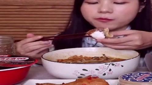 中国吃播:虫虫小姐姐吃美食,这么多真的吃得完吗!