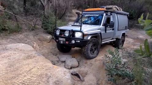 越野车司机真会玩,哪里没路走哪里,专挑坑坑洼洼的地方走
