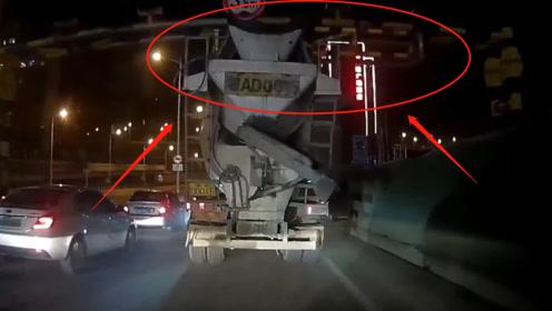 搅拌车对限高标准完全不放在眼里,通行时毫不减速,结果悲剧了!