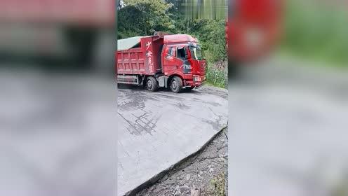 前四后八的卡车,装着堪比半挂车的货,司机胆量不是一般的大