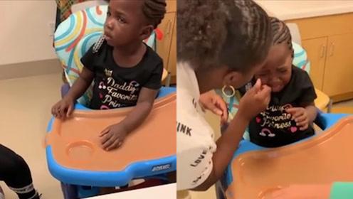 3岁先天耳聋女娃第一次听到声音,不知所措地指着耳朵哭出声