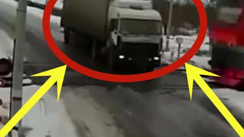 大货车强闯红灯,不仅自己遭殃还连累一火车乘客