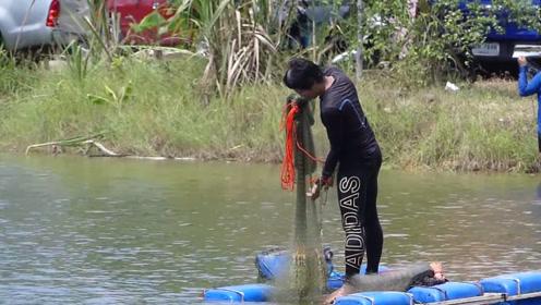 艺高人胆大,那么小的筏子站都站不稳,大哥却能抛网捕鱼