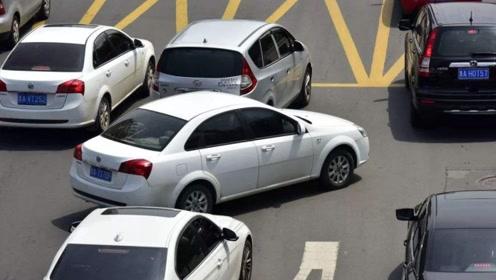 遇到前车强行加塞,后车故意撞上去,谁负主要责任?交警给出答案!