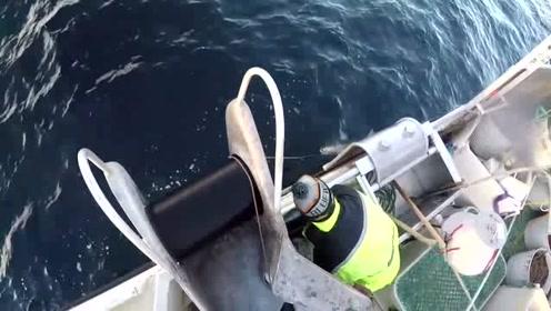 一艘渔船,只靠一条绳子捕鱼,竟然还都是大鱼