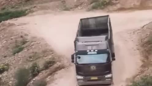 半挂车司机技术真牛,后面的小车是什么意思