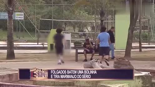 恶搞我只服巴西!直接拿足球砸路人脑袋,逮到打死