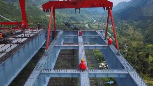 厉害了我的国,140吨阶段梁吊装200米高空,一座大桥正在凌空建造