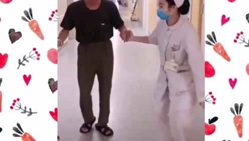 """美女护士医院走廊教大爷跳老年""""迪斯科"""""""