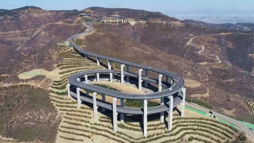 中国最牛公路,大山上现3层环形回旋高架桥,日本人:我们输了