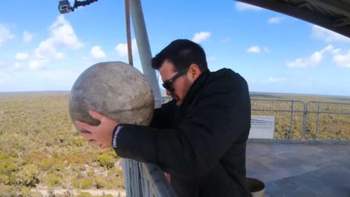 将铁球从45米高处扔下,下面的蹦床能承受的住吗?网友:可怕