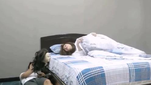 女友睡觉被整蛊,床边突然冒出可怕人头,这么作不怕挨打吗!