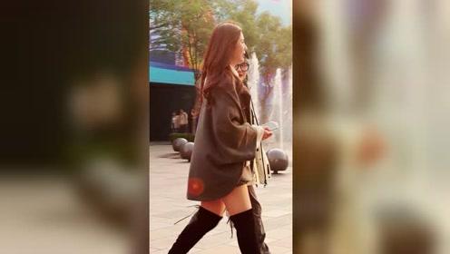 光腿穿长靴,逆光下的小姐姐美极了