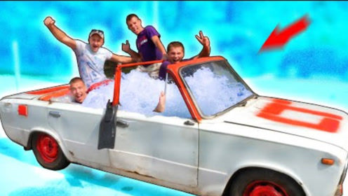 男子将游泳池搬上汽车,开车泡澡两不耽误,网友:优秀