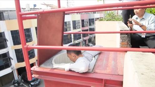 国外发明逃生通道,能直接从35楼跳下,网友:跟坠楼有区别吗?