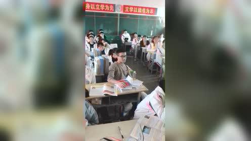 音乐课上一位沉浸在自己的歌声里的灵魂歌手