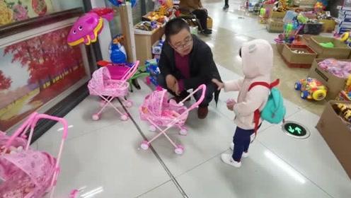 带宝宝逛街,小家伙又发现玩具了,如果不买估计走不了了!