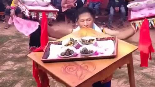 在云南有幸见到了最热情的上菜方式,果然是世界之大,无奇不有啊!