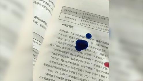 小姐姐真会玩,竟然在书本上给水晶泥染色,网友:这一页是废了!