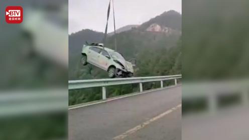 出租车冲出公路飞越130米山崖坠落 急速翻滚2次4道坡坎