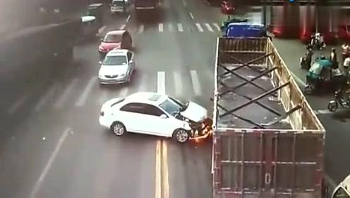 女司机有多倒霉,左右两次遇到大货车,没想到更惨的还在后面