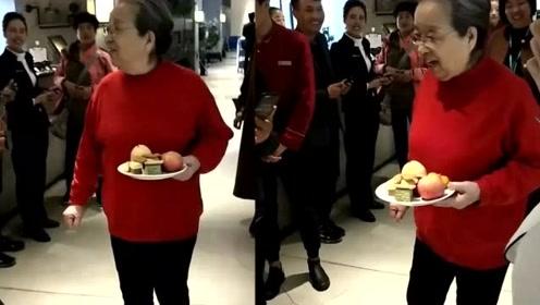 83岁李明启吃自助餐被围观 红衣红鞋身体硬朗超亲切