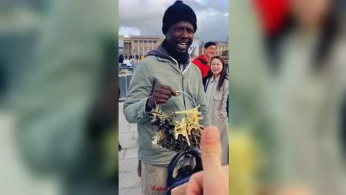 黑人小贩巴黎用汉语叫卖 引得中国游客竖起大拇指