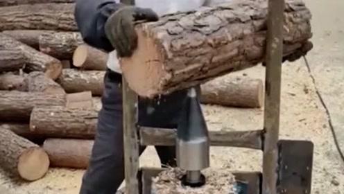 劈柴都这么高科技了?网友:大叔,有个东西叫斧子