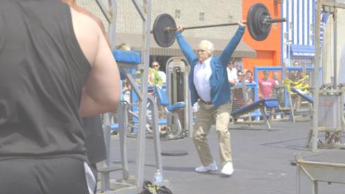 健身大神乔装打扮成老人,被街健小伙挑衅比赛,下一秒就后悔了