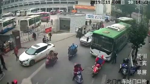 男子持刀刺伤公交车司机 迫于压力投案自首