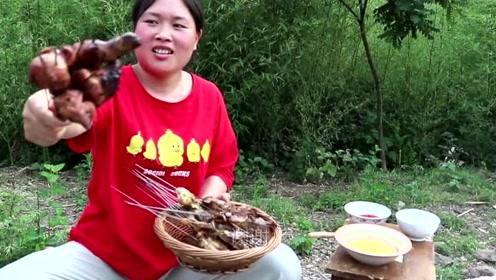 胖妹农村大院做烧烤,地里摘了什么都能吃?胖妹还没动嘴摄影师先下手了!