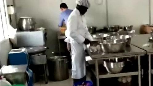 老板让我今天看主厨眼色行事,后悔当初信誓旦旦的表示没问题了!