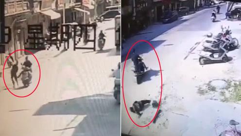 人渣!男子骑摩托伸腿踹倒路边老人 原因仅是这样