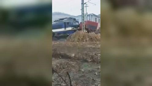 载煤货车与火车相撞受损严重 现场大量群众围观