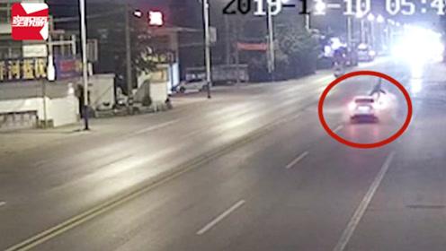 泰州一路人推三轮车横穿马路,被疾驰小车撞飞,腾空数圈后倒地