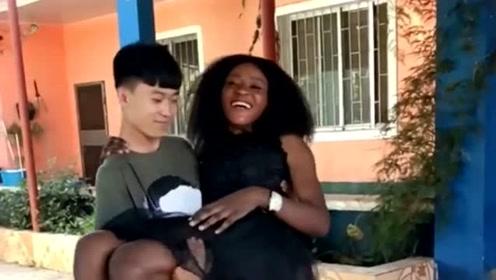 中国小伙在非洲工作了三年,结果娶了个黑人媳妇,真是赚到了!